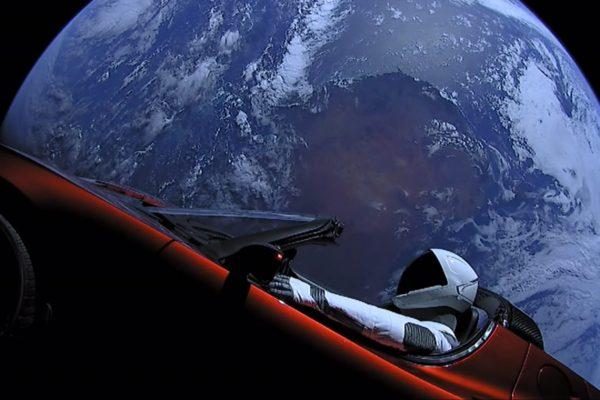 Il Falcon Heavy della Space X lancia una Tesla Roadster nello spazio